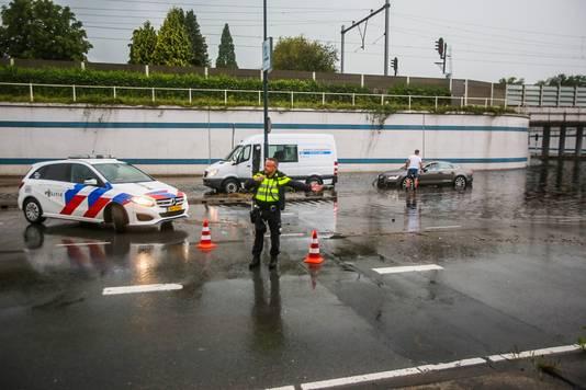 De politie begeleidt het verkeer in Helmond.