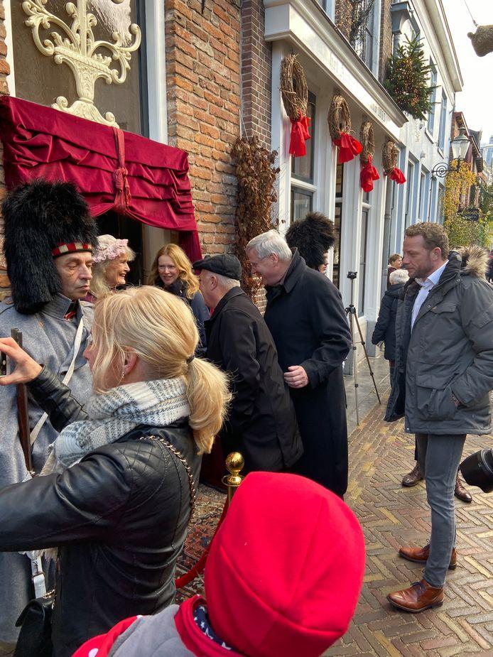 Amerikaanse ambassadeur gaat op audientie bij queen Victoria en op bezoek bij Dickensgrondlegster Emmy Strik