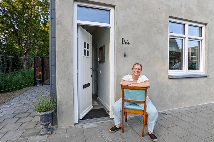Loes Kraayeveld voor haar huis aan de Kortendijksestraat. Het pand is genomineerd voor de eerste Roosendaalse Erfgoedprijs.