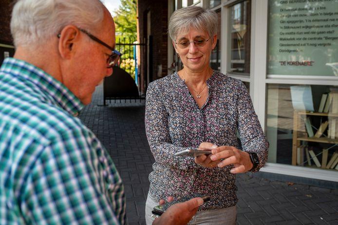 De coronapas gaat zaterdag in. Dat betekent je vaccinatiebewijs laten scannen op je mobiel. Hoe werkt dat? Bij wijkhuis de Korenaere in Bergen op Zoom laat medewerker Angela Wolthof zien hoe dat gaat.