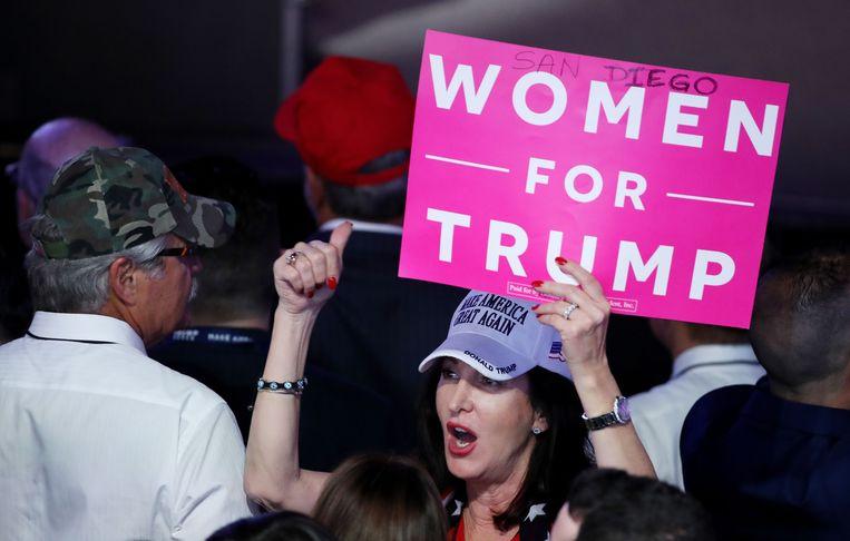 In de aanloop naar de Amerikaanse presidentsverkiezingen 2016 doken er frequent bordjes op met 'Women for Trump'. Op die manier wilden de vrouwen aangeven dat ook zij wel degelijk achter de Republikeinse kandidaat stonden.  Beeld AFP