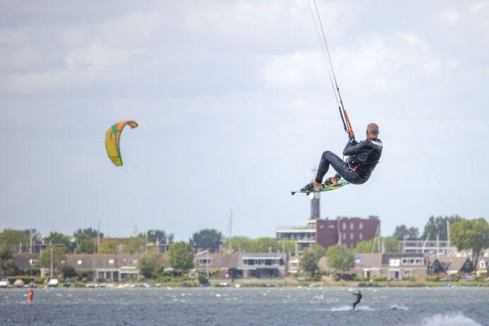 Kitesurfers op het Wolderwijd met op de achtergrond Zeewolde.