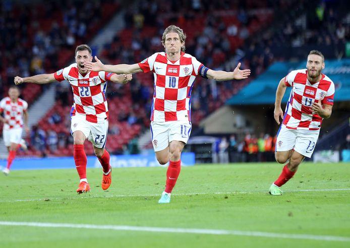 Luka Modric juicht na zijn doelpunt.