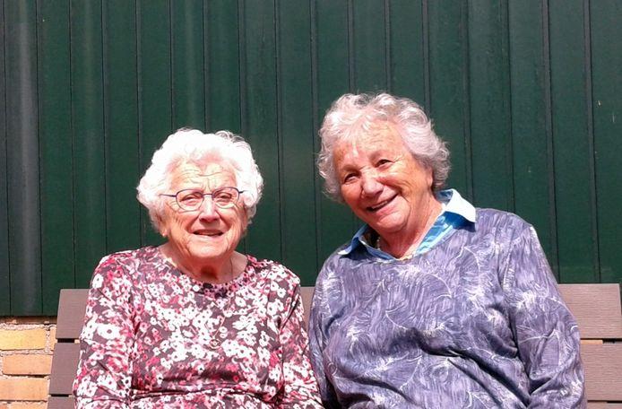 Anny van Haeren-Kaal (l) en Trudi Asscher-Jacobs. De Joodse Trudi was in de winter van 1942/1943 samen met haar moeder ondergedoken op de boerderij van de ouders van Anny in Nieuw-Dijk.