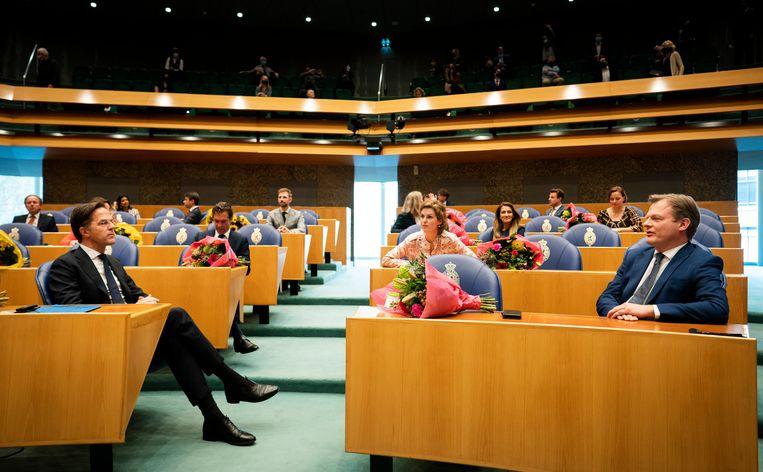 Mark Rutte (VVD) en Pieter Omtzigt (r) voor aanvang van de beëdiging van de nieuwe Kamer. Beeld Freek van den Bergh/VK