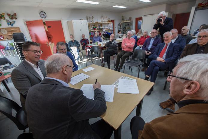 Ondertekening van de erfpachtovereenkomst van de Dorpswerkplaats eerder dit jaar