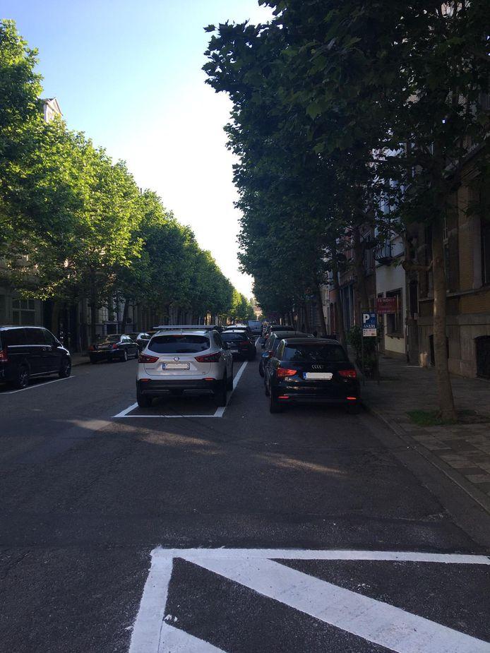 """In de Verbondstraat stonden de auto's vandaag in twee lijnen geparkeerd: """"Een bestuurder die niet weet dat die zich niet meer tegen het voetpad mag parkeren, kan daar binnen tien maanden nog staan"""""""