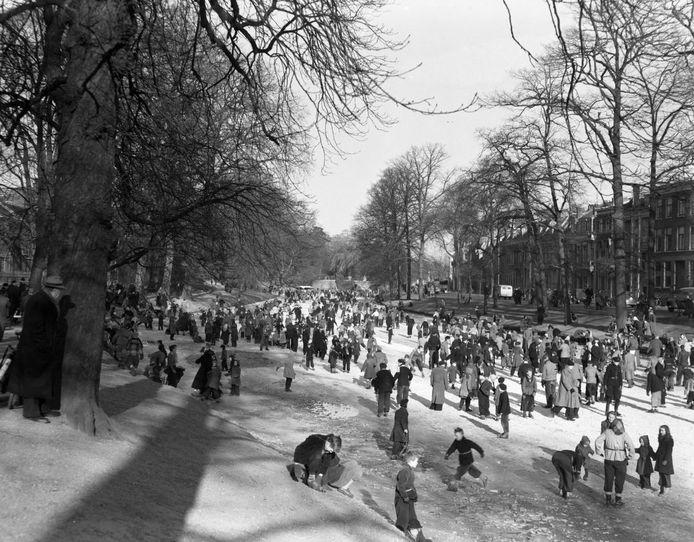 Een sfeervolle foto van een schaatsende menigte op een bevroren Stadsbuitengracht bij de Tolsteegsingel, net na de Tweede Wereldoorlog. Foto uit de door de hack niet bereikbare beeldbank van Het Utrechts Archief.