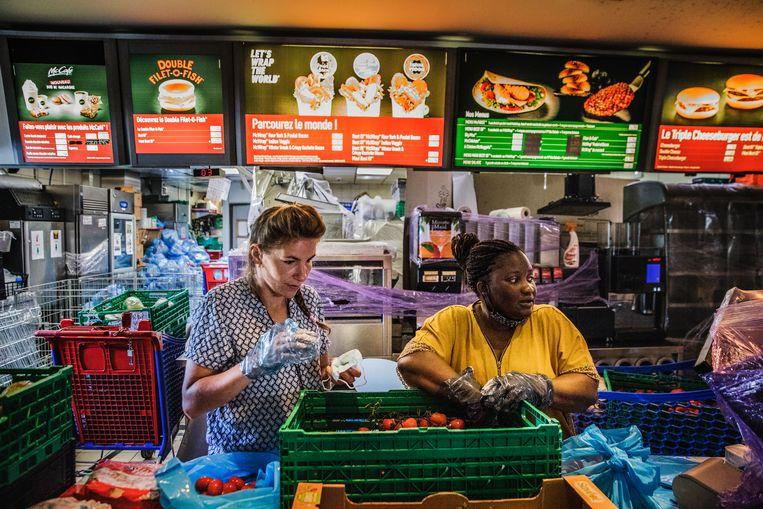 De hamburgers hebben plaatsgemaakt voor groente, fruit, olijfolie, melk, meel, pasta, chocoladekoekjes en ga zo maar door. Beeld Aurélie Geurts
