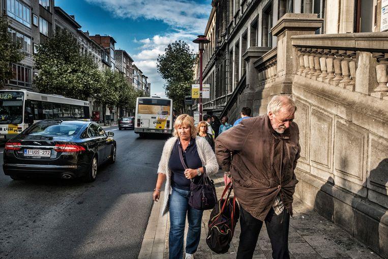 De Antwerpse Osystraat met de bushalte aan het Koninklijk Atheneum. Hier werd de hoogste concentratie stikstofdioxide in de hele stad gemeten. Beeld Tim Dirven