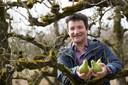 Fransjan de Waard is vaak in de perenboomgaard achter zijn huis te vinden. Het is een van de projecten waar hij zich mee bezighoudt.