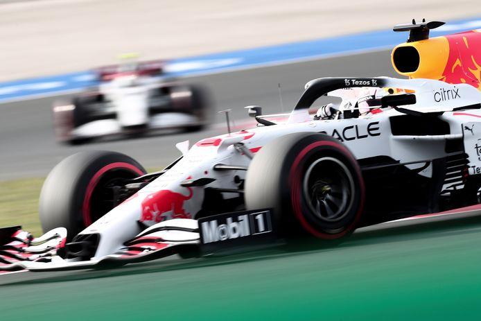 Max Verstappen in zijn voor de gelegenheid witte RB16B.