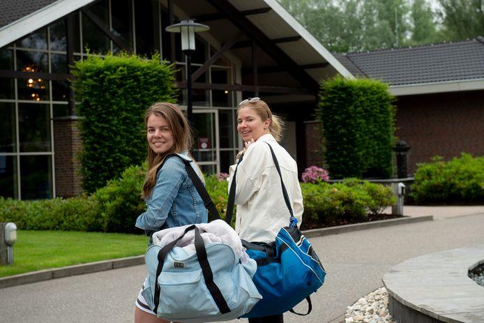 Marjolein Rijksen (links) en Annet van Beek kunnen niet wachten om na een lange periode weer de sauna in te duiken.