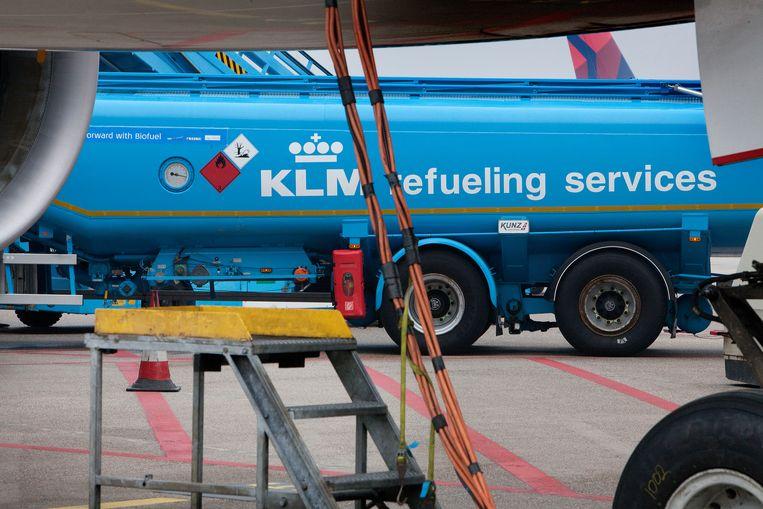 Een tankauto op Schiphol. Alternatieven voor fossiele kerosine bieden voorlopig nog te weinig soelaas. Beeld Maarten Hartman