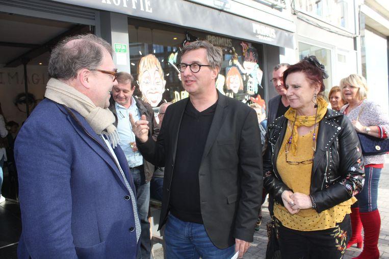 Burgemeester D'Haese verwelkomt regisseur Jan Verheyen en actrice Loes Van Den Heuvel.