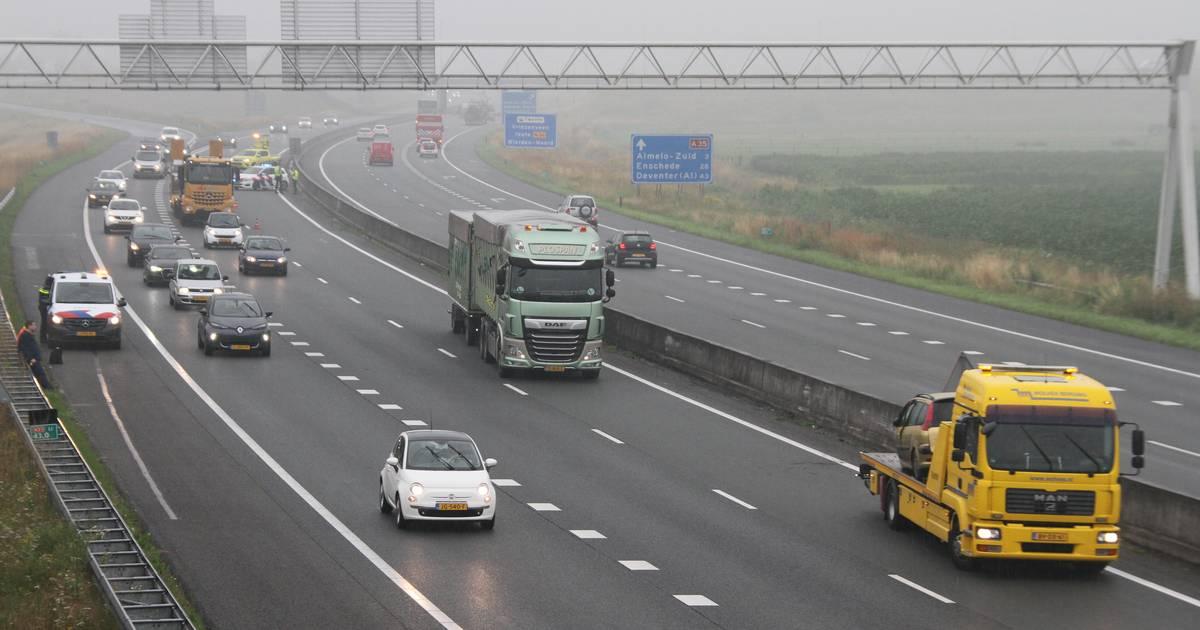 Vrachtwagenchauffeur 'beveiligt' A35 bij Wierden na ongeluk.
