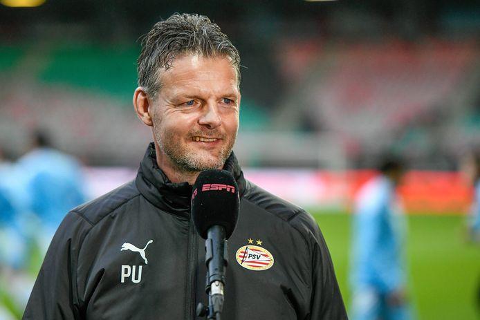Trainer Peter Uneken staat woensdagavond weer voor de groep in Almere, bij Jong PSV.