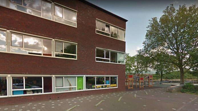Het parkeerterrein bij de Koningin Wilhelminaschool in Hardinxveld-Giessendam. Op die plek raakte woensdag 7 april een 10-jarige leerling zwaargewond bij een aanrijding.
