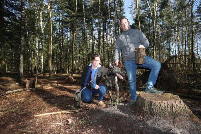 Adriaan Huybregts met vriendin Linda en hond Teddy op de plek waar de Hollandse herder gewond raakte.