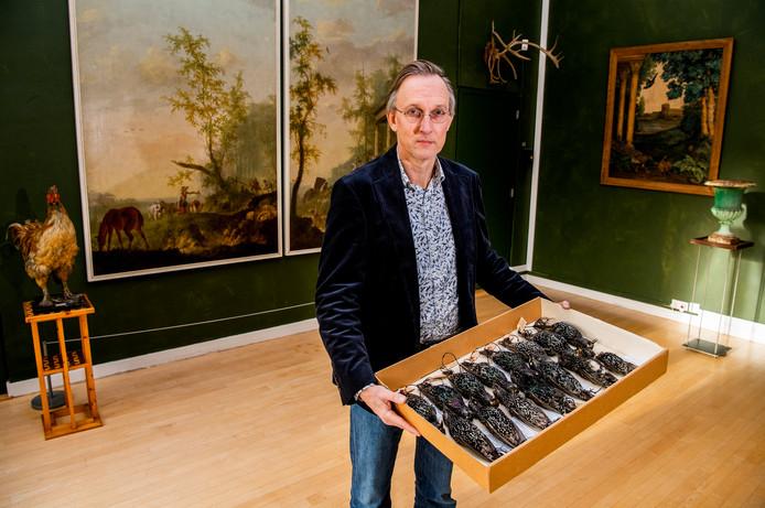 Kees Moeliker (Natuurhistorisch Museum) met de spreeuwen die in Den Haag massaal omgekomen zijn afgelopen jaar.