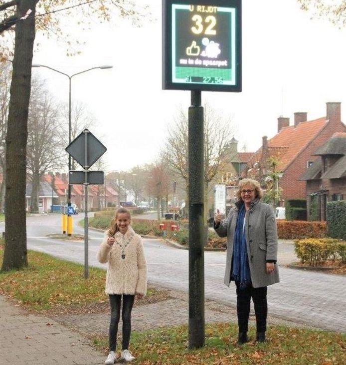 Wethouder Lianne van der Aa samen met kinderburgemeester Madelief Houtman bij de snelheidsmeterspaarpot aan de Driezeeg in Middelrode.