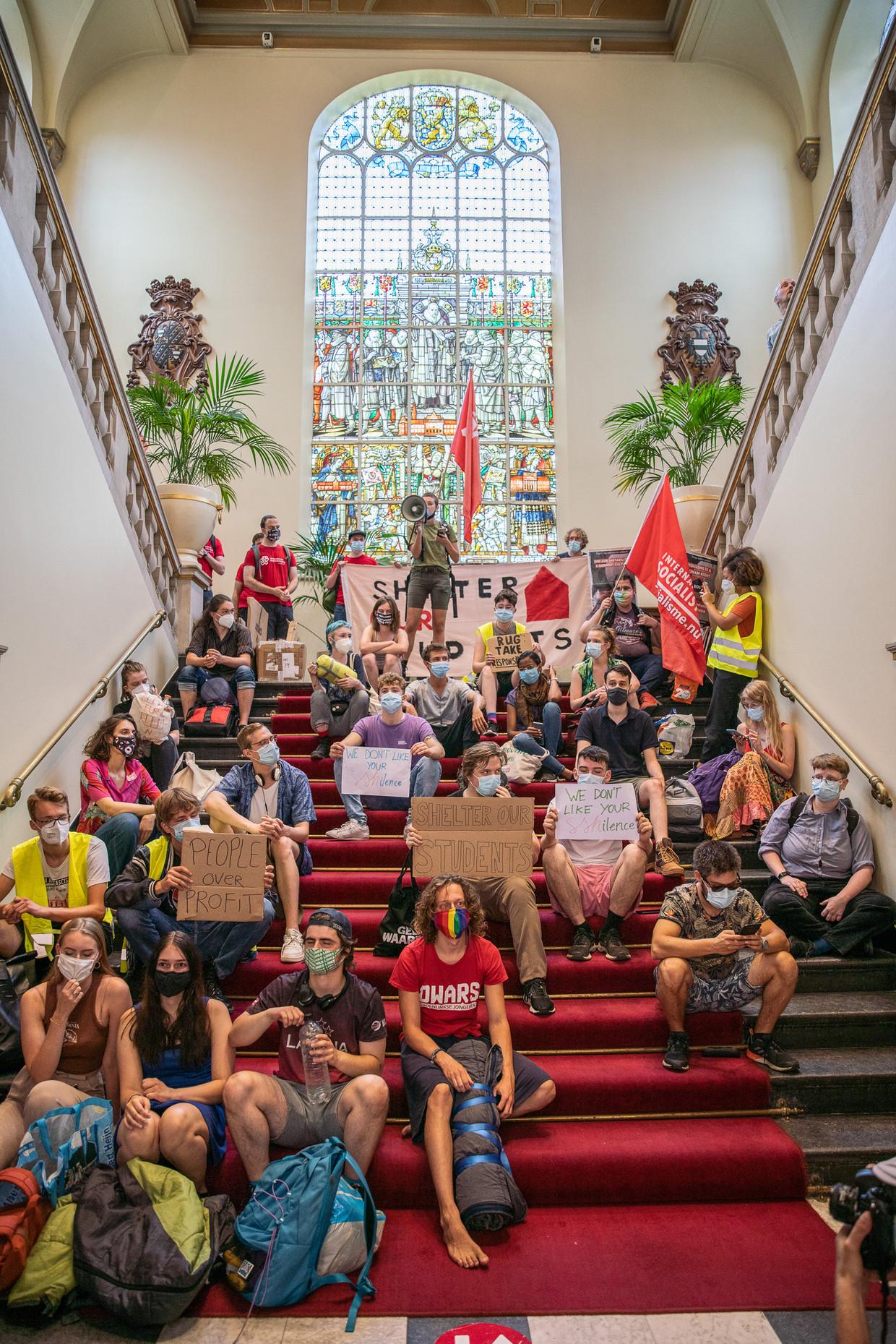 Groningse studenten bezetten donderdag negen uur lang het Academiegebouw van de Rijksuniversiteit Groningen.  Beeld Harry Cock / de Volkskrant