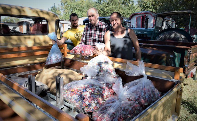 De ingezamelde kroonkurken werden overhandigd tijdens het woonwagenweekend.