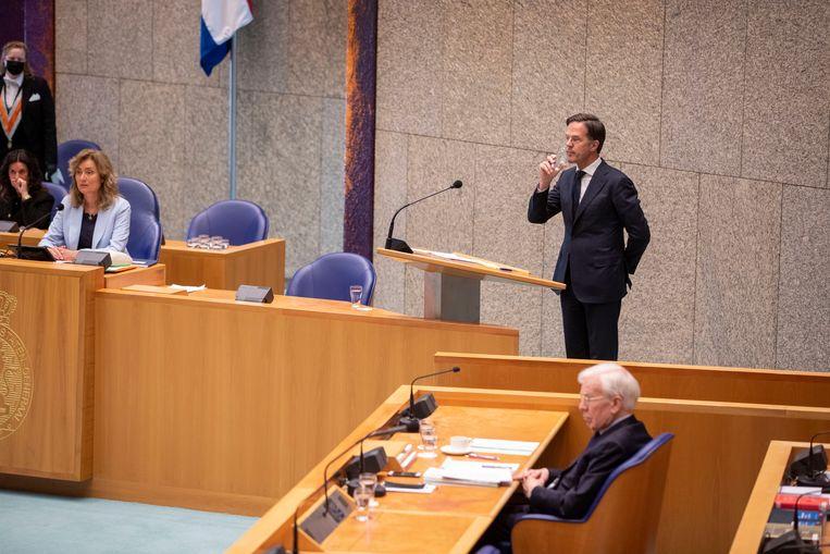 Mark Rutte tijdens het Kamerdebat woensdag over het eindverslag van informateur Herman Tjeenk Willink (rechts). Beeld Werry Crone