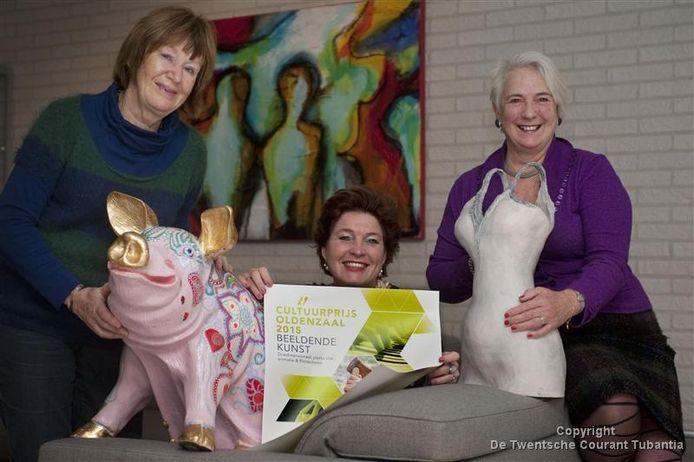 Els Zwanenburg, Jolanda van Tellegen en Jeannette Peters (van links naar rechts) zijn de organisatoren achter de Cultuurprijs Oldenzaal, die in mei van dit jaar uitgereikt wordt.