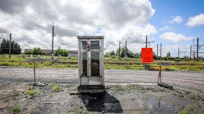 """Treinbestuurders vragen om schuilhuisje, maar krijgen afgedankte telefooncel: """"Dit kot komt precies uit de Gazastrook"""""""