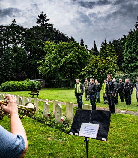 Militairen brengen bijzonder eerbetoon aan gesneuvelde EOD'ers op begraafplaats Vredehof