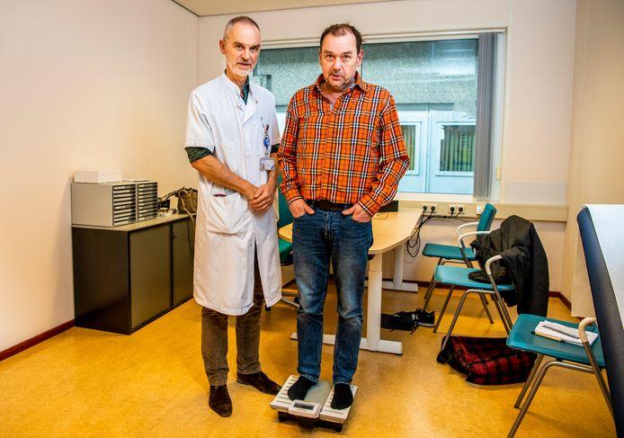 Mark Roos (rechts) in het LUMC met arts Hanno Pijl. Hij hield zijn dieet in de gaten.