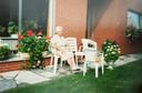 Julia, de grootmoeder van Ine, aan haar vroegere huis.