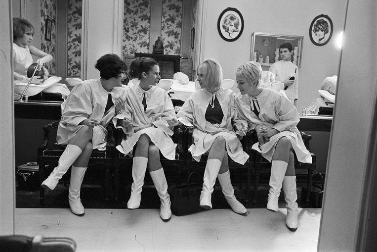 Rendez-vous met Les Parisiennes, een groep danseressen en zangeressen, in 1965. Een beeld van fotograaf Gérard Géry van Paris Match. Beeld Gérard Géry / Paris Match