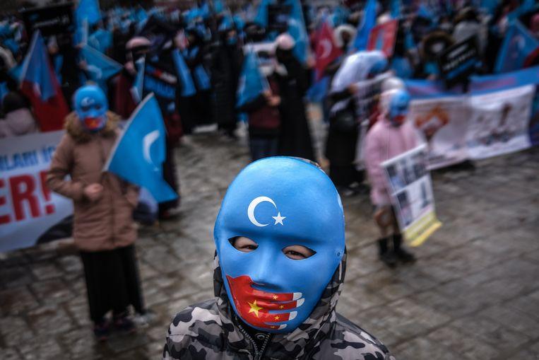 Leden van de Oeigoeren-gemeenschap in Turkije demonstreerden donderdag in Istanboel tegen de Chinese onderdrukking gedurende het bezoek van de Chinese minister van Buitenlandse Zaken aan het land.  Beeld EPA