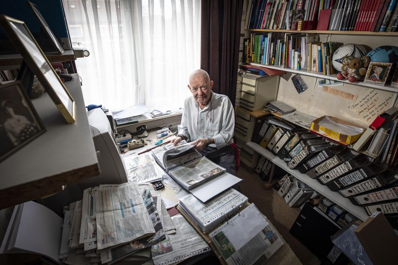 Gerrit Kogelman in zijn chaotisch ogende werkkamer.