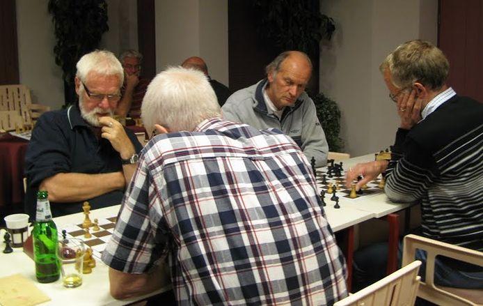 Maarten ter Bals (l), fusiecoördinator van Schaakstad en de Schaakmaat.