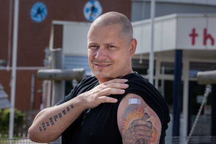 Raymond Kuitert toont met lichte trots de plek waar zijn coronavaccinatie in verdwenen is.