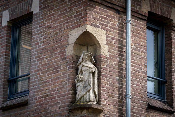 In een nis in de Antoniuskapel staat het beeld van Sint Elisabeth.
