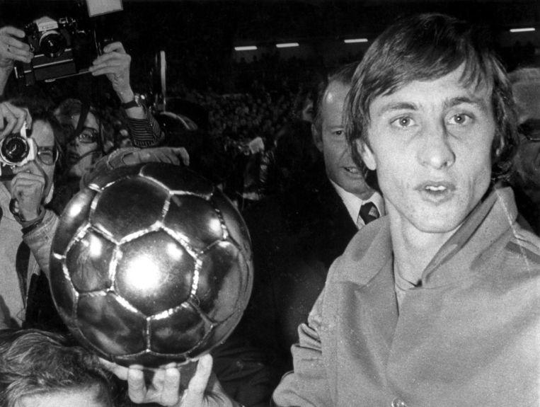 Cruijff met de Gouden Bal voor de beste voetballer van het Wereldkampioenschap voetbal 1974. Beeld anp