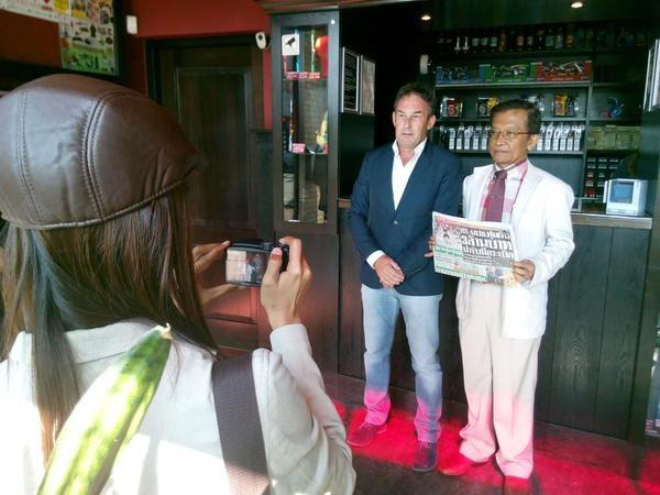 Thaise advocaten zijn voor de zaak van Johan van Laarhoven in Nederland en brengen bezoek aan coffeeshops.
