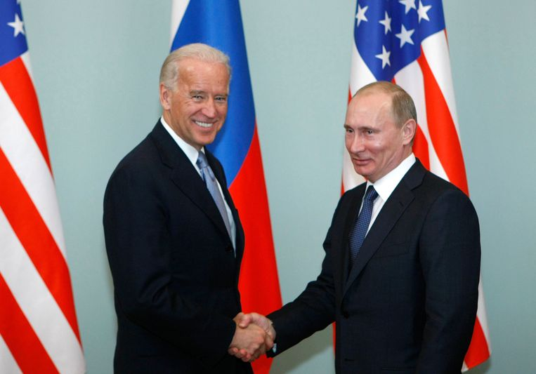 Joe Biden en Vladimir Poetin schudden elkaar de hand in 2011. Martin Wolf: 'Ik verwacht dat je op vlak van de relaties met Rusland samenwerking zal zien tussen de Democraten en Republikeinen in de Senaat. Het Amerikaanse Rusland-beleid van de voorbije vier jaar was uniek door de persoonlijkheid van Trump zelf. De meeste Republikeinen staan vijandig tegenover Rusland.' Beeld AP