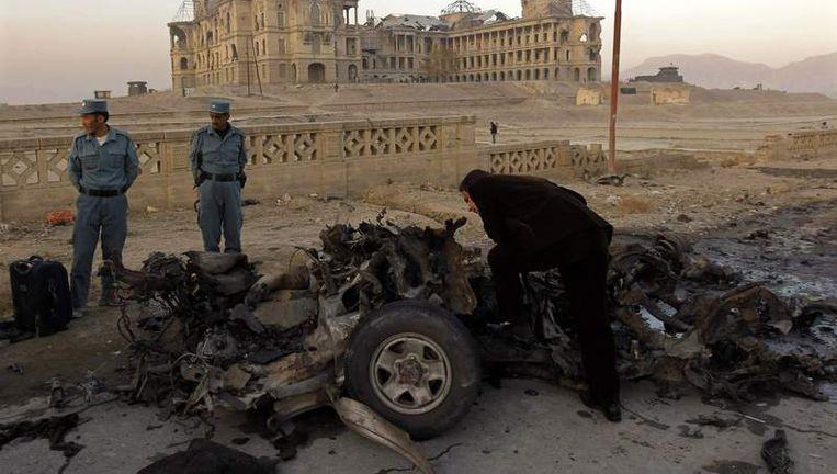 Soldaten inspecteren de auto die gebruikt werd voor de zelfmoordaanslag. Beeld reuters