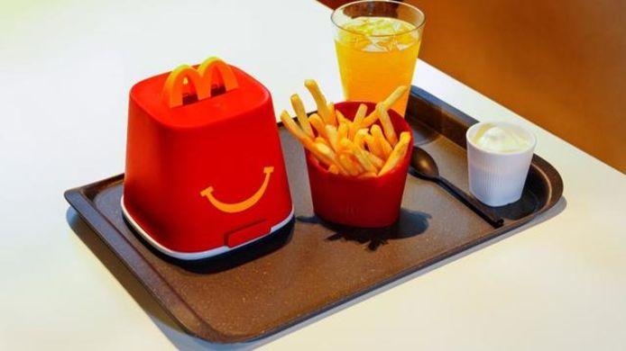 """Le menu """"Happy Meals"""" pour enfants a également son emballage réutilisable et lavable."""