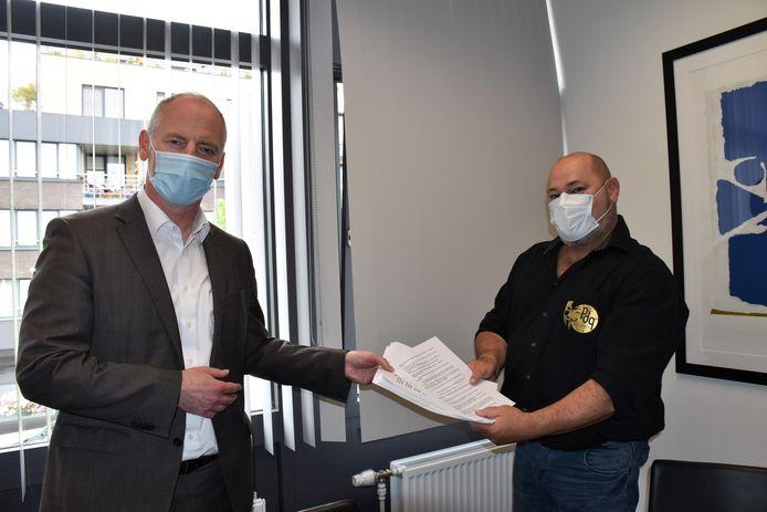 Burgemeester Marino Keulen (Open Vld) nam de petitie van Johnny Rutten (PDG) in ontvangst.