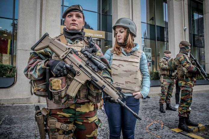 Zwaarbewapende vrouwen maken nu al deel uit van het leger, maar nog niet van de special forces.