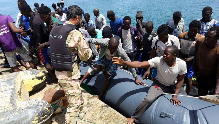 Vluchtelingen worden opgevangen op de Libische marinebasis in Tripoli.