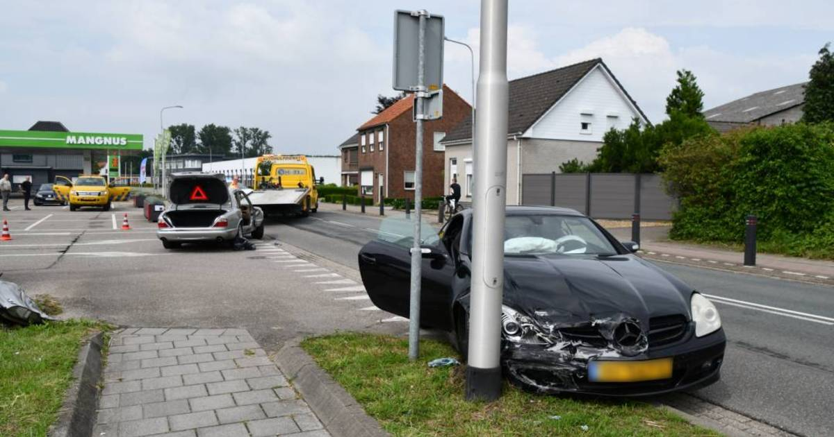Hulpdiensten moeten auto openknippen na botsing in Kapellebrug.