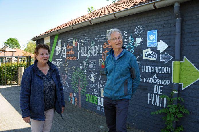Cora Jonker en Adri Tange (r) die stoppen als respectievelijk penningmeester en voorzitter bij de wijkraad Hart van Poortambacht bij Stadsboerderij De Punt