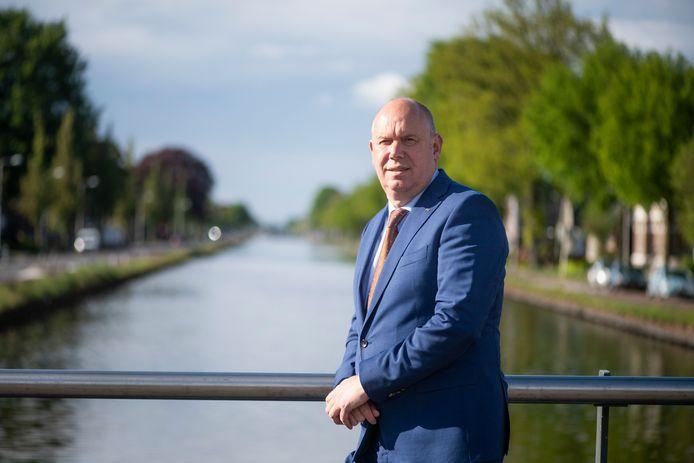 Gedeputeerde Bert Boerman bij kanaal Almelo - De Haandrik in Vroomshoop.